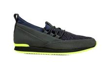Zapatod deportivo con cordones en negro y grabado azul. Piso de goma amrillo y negro. Altura 3 c.