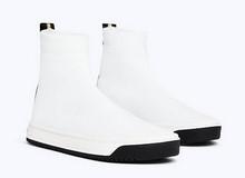 Botín deportivo en tejido elástico de color blanco. Piso de goma blanco de 3 cm. de altura.