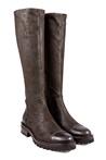 Bota alta en piel y ante engrasado marrón. Piso de goma. Tacón 3 cm. Cremallera lateral.