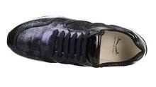 Deportiva de cordones en piel metalizada y grabada azul marino. Piso de goma de 4 cm. de altura.