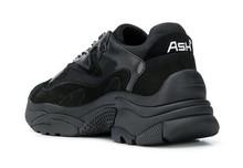 Zapatilla deportiva de cordones en color negro. Piso grueso de goma con una altura de 5 cm.