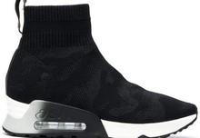 Botín deportivo liso en tejido el´stico con motivo camuflage. Piso de goma de 4 cm. de altura.