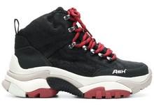 Botín deportivo con cordones en piel de color negro. Cordones de nylon rojos. Piso grueso 5 cm.
