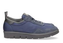 Zapatilla deportiva con cordones elásticos en ante y nylon de color azul cobalto. Piso de goma.