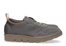 Zapatilla deportiva con cordones elásticos en ante y nylon gris claro. Piso de goma extralight.