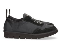 Zapatilla deportiva de cordones elásticos en ante y nylon de color negro. Piso de goma extralight.