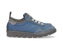 Zapatilla deportiva con cordones elásticos en ante y nylon azul claro. Piso de goma extralight.