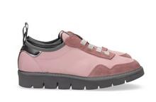 Zapatilla deportiva con cordones elásticos en ante y nylon rosa. Piso de goma extralight.