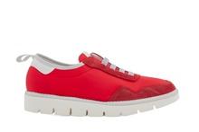 Deportiva en ante y nylon con elásticos y en color rojo. Suela de goma blanca.
