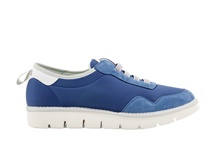 Deportiva en ante y nylon con elásticos y en color azul claro. Suela de goma blanca.