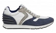 Deportiva en ante, nylon y piel combinada en blanco, azul y gris. Forro de piel. Suela de goma.