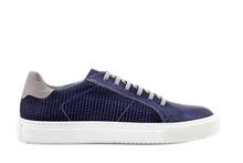 Zapato deportivo de cordones en piel de color azul. Forro de piel. Piso de goma blanco.
