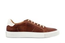 Zapato deportivo de cordones en piel de color marrón. Forro de piel. Piso de goma blanco.