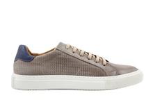 Zapato deportivo de cordones de color gris. Forro de piel. Piso de goma blanco.