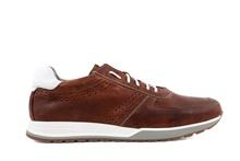 Zapato deportivo de cordones en piel de color tostado. Sin forro. Piso de goma blanco.