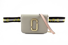 Mini bolso riñonera en saffiano de color beige. Asa en tejido con logo impreso.