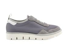 Deportiva en nylon y ante con elásticos. Color gris claro. Piso grueso micro de 3 cm. de altura.