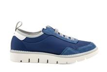 Deportiva en nylon y ante con elásticos. Color azul medio. Piso grueso micro de 3 cm. de altura.
