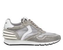 Deportiva en ante, mesh y piel en color gris y detalles en blanco. Suela de goma de 3 cm. de altur.