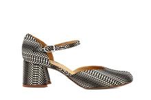 Zapato cerrado de puntera y talonera en nobuc estampado blanco y negro. Cierre de hebilla.