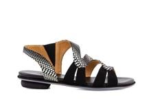 Sandalia plana de tiras en nobuc estampado blanco y negro. Tacón bajo de 2 cm.