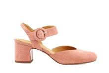 Zapato cerrado de puntera y talonera en nobuc estampado rosado. Cierre de hebilla. Tacón 4 cm