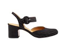 Zapato cerrado de puntera y talonera en nobuc estampado negro. Cierre de hebilla. Tacón 4 cm.