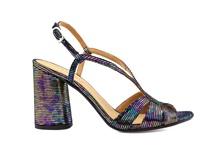 Sandalia de tiras en piel metalizada multicolor. Tacón grueso de 7 cm. de altur.