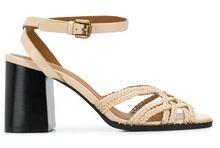 Sandalia de tiras en piel trenzada beige. Talonera tipo pulsera . Piso de cuero. Tacón 6 cm. altura