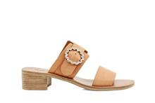 Sandalia de dos tiras en piel de color camel. Hebilla de brillantes. Piso de cuero. Tacón de 4 cm.