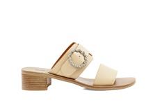 Sandalia de dos tiras en piel de color natural. Hebilla de brillantes. Piso de cuero. Tacón de 4 cm