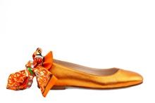 Bailarina en piel metalizada naranja. Atado pulsera con tela tipo pañuelo en tonos naranjas.