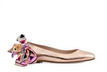 Bailarina en piel metalizada en oro rosado. Atado pulsera tipo pañuelo estampado en tonos rosas.