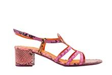 Sandalia de tiras en serpiente natural en tonos rosados y naranjas. Tacón grueso de 4 cm. de altura