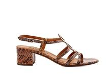Sandalia de tiras en serpiente natural de colores beiges y tostados. Tacón grueso de 4 cm. de altu.