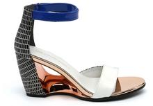 Sandalia de tiras en multimateriales blanco, azul y negro. Talonera pulsera de velcro. Alt. 7 cm.
