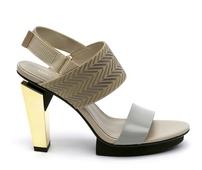 Sandalia de dos tiras en piel gris y tejido beige. Talonera en velcro. Tacón de 8 cm. dorado.