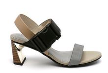 Sandalia de tiras en multimateriales gris, beige y negro. Cierre de velcro. Tacón cuero y oro 5 cm.