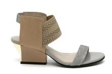 Sandalia de tiras en multimateriales beige y gris. Piso de cuero. Tacón ancho de 5 cm. de altura.