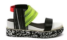 Sandalia de tiras en multimateriales multicolor. Piso grueso de goma blanco y negro. Alt. 4 cm.
