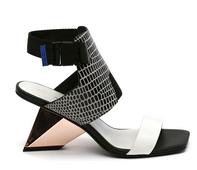 Sandalia de tiras con delantera ancha. Multimateriales blanco, negro. Tacón metalizado cobre de 7