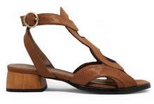 Sandalia de tiras en tejus tostado. Hebilla en la talonera. Tacón de madera de 3 cm. de altura.