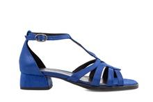 Sandalia de tiras en tejus azul. Hebilla posterior. Tacón forrado de 3 cm. de altura.