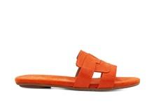 Sandalia tipo pala en material tipo tejus naranja. Tacón plano.