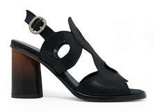 Sandalia abotinada en tejus negro. Hebilla posterior. Tacón de madera de 6 cm. de altura.