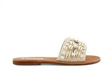Sandalia tipo pala en tejido beige. Adornos de conchas de color beige. Planta de cuero. Tacón 1 cm.