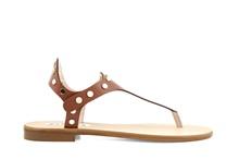 Sandalia de dedo en piel de color tostado. Tachas doradas. Tacón de 1 cm. de altura.