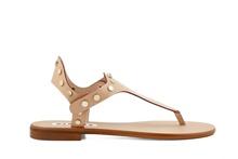Sandalia de dedo en piel de color camel. Tachas doradas. Tacón de 1 cm. de altura.