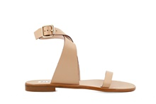 Sandalia de tiras atada al tobillo de piel de color camel. Hebilla posterior. 1 cm. de altura.