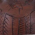 Detall del càntir de ceràmica amb estelada ratllada